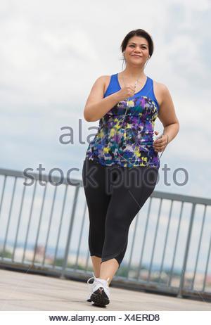 Woman jogging on bridge Banque D'Images