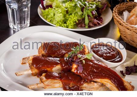 Côtes de porc grillées avec sauce barbecue spareribs coleslaw et la marinade Banque D'Images
