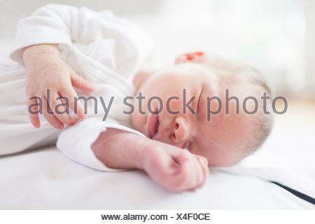 Bébé nouveau-né dormir paisiblement Banque D'Images