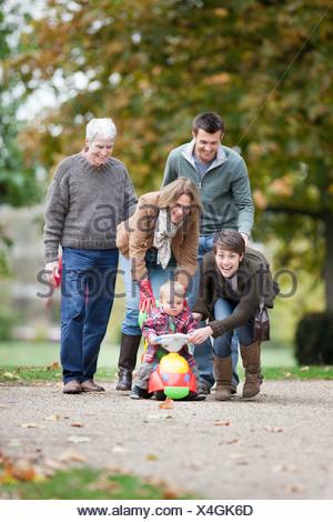 Famille avec le petit enfant dans le parc Banque D'Images