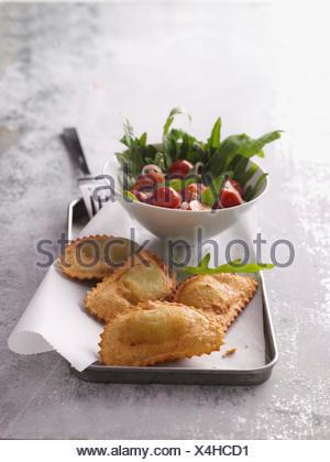 Panzerotti pizza fraîche du frit avec salade de roquette Banque D'Images
