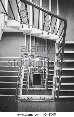 Directement au-dessus de l'escalier en spirale carrée shot Banque D'Images