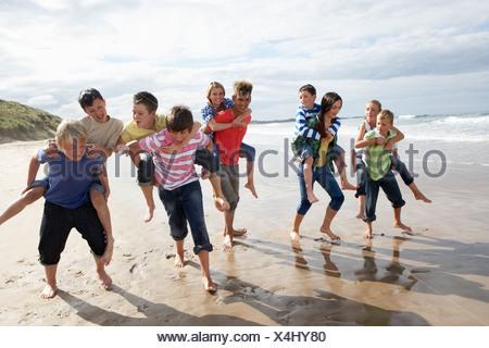 Adolescents jouant piggyback Banque D'Images