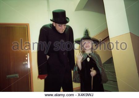 Un homme dans un costume de vampire et une jeune fille dans un costume de sorcière Banque D'Images