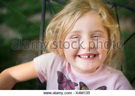 Portrait d'une fille avec le sourire à pleines dents Banque D'Images