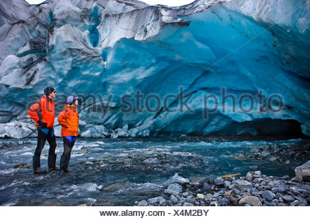Les kayakistes hommes et femmes d'explorer une grotte de glace en face de Shoup Glacier, Shoup Bay State Marine Park, Prince William Sound, Alaska Banque D'Images