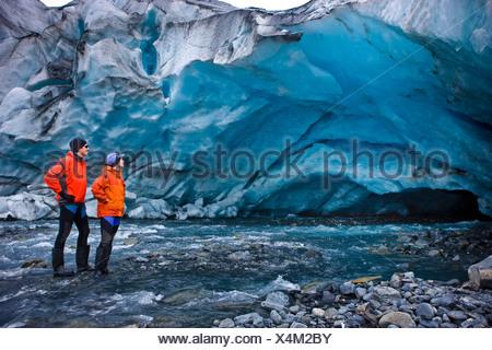Les kayakistes hommes et femmes d'explorer une grotte de glace en face de Shoup Glacier, Shoup Bay State Marine Park, Prince William Sound, Alaska Banque D'Images