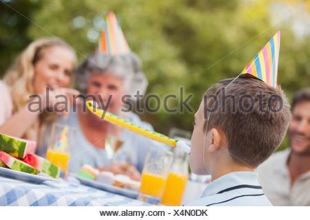 Joyeux anniversaire à l'occasion de son fils avec sa famille Banque D'Images