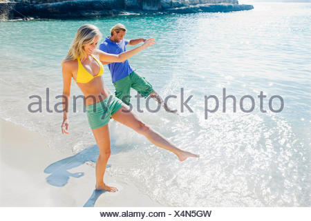 Espagne, Majorque, l'heureux couple sur la plage à jouer dans l'eau Banque D'Images