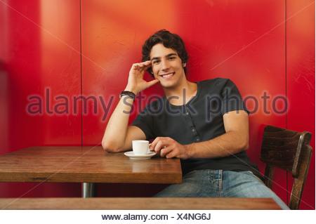 Allemagne, Munich, jeune homme de cafe, smiling, portrait Banque D'Images