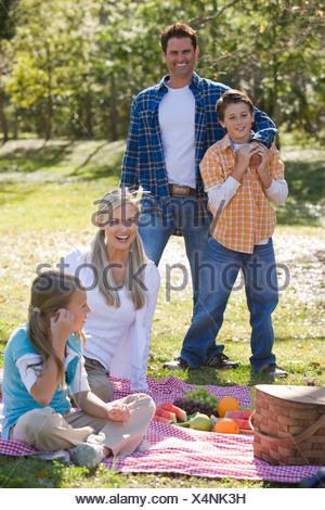 Pique-nique en famille dans la région de park Banque D'Images