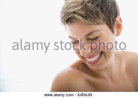Laughing woman avec poitrine nue à la bas Banque D'Images