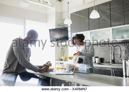 Couple avec du café au bar de petit-déjeuner dans la cuisine Banque D'Images