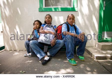 Selena Pina, une mère de quatre sans-abri, avec ses enfants à l'école à la graine de moutarde de pain et de poisson dans la région de Sacramento, CA. Banque D'Images