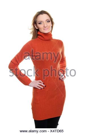 Jeune femme en pull orange Banque D'Images