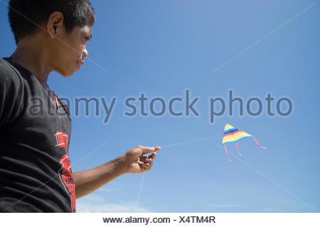 Portrait of boy flying kite Banque D'Images