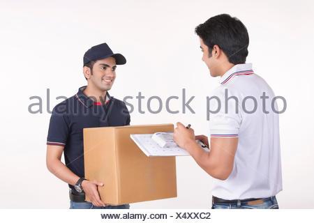 De l'homme livraison de l'homme contre l'arrière-plan blanc Banque D'Images