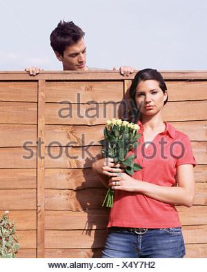 Homme recherche femme à plus de jardin clôture Banque D'Images