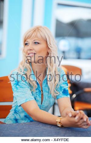 Belle jeune femme attendant quelqu'in cafe Banque D'Images