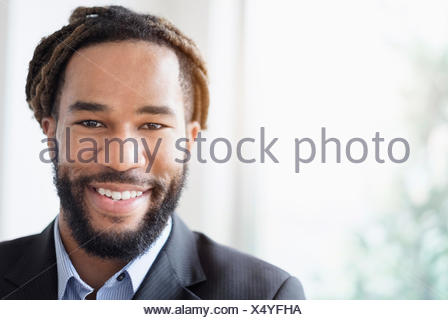 Portrait of businessman wearing smiley répondre Banque D'Images