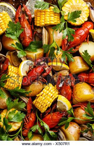Faire bouillir les fruits de mer Clambake avec des écrevisses, des épis de maïs, pommes de terre et les palourdes Banque D'Images