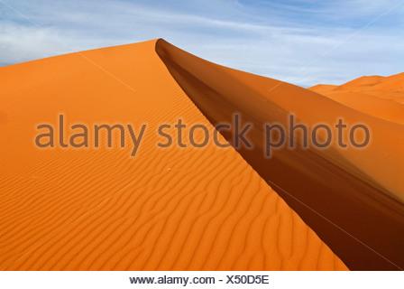 Les modèles de l'ombre et de sable sur les dunes de sable de l'Erg Chebbi dans la lumière du soir, à l'extrémité ouest du désert du Sahara Banque D'Images