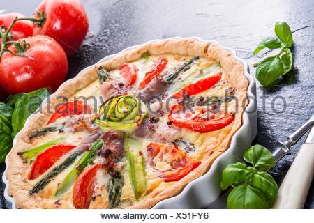 Asparagi vert Tarte fine à la tomate et oeufs Banque D'Images
