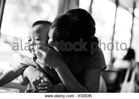 Portrait d'une mère essuyant la bouche de son fils