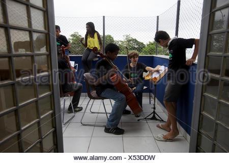 Une organisation sans but lucratif enseigne aux enfants à jouer une variété d'instruments à cordes ainsi que la théorie musicale. Banque D'Images