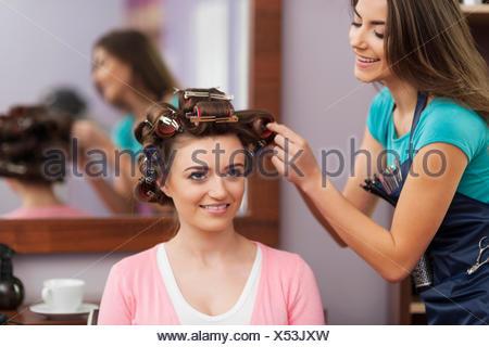 La création de la coiffure tendance par jeune femme. Debica, Pologne Banque D'Images
