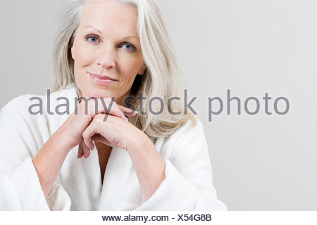 Portrait of young woman wearing bathrobe Banque D'Images