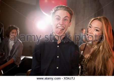 Couple en boite man sticking out tongue Banque D'Images