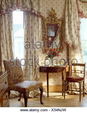 Des Rideaux Et Cantonnieres Sur Windows Dans La Chambre Avec Un