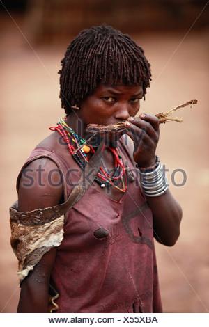 Femme Hamar Tribal à partir de l'Éthiopie. Banque D'Images