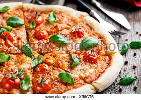 Italian Pizza Margherita sur une table en bois Banque D'Images