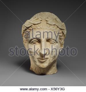 Tête en pierre calcaire d'un homme imberbe votary avec une couronne de feuilles. Période hellénistique:; Date: 2ème moitié du 4ème siècle avant J.C; culture; chypriote: