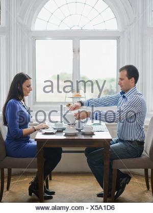 Couple having tea Banque D'Images