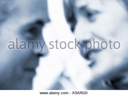 L'homme et la femme doit faire face ensemble, Close up, brouillées, b&w Banque D'Images