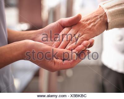 Infirmière Garder de vieux Mans hand Banque D'Images