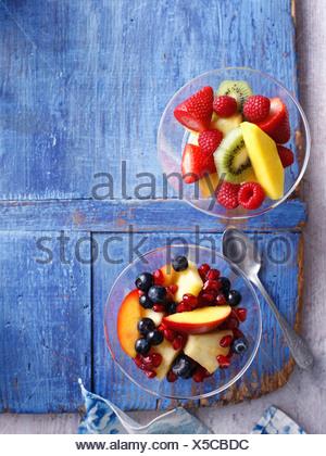Bols de salade de fruits sur planche de bois Banque D'Images