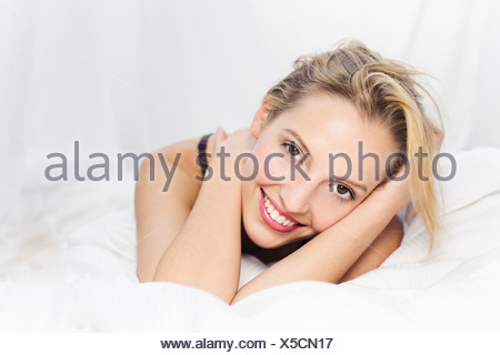 Young woman looking at camera, smiling Banque D'Images