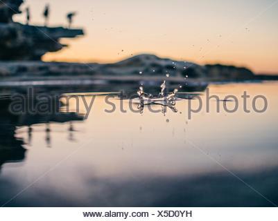 Niveau de la surface de la Goutte tomber dans lac au crépuscule Banque D'Images