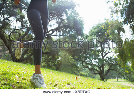 Young woman jogging par park, low section Banque D'Images