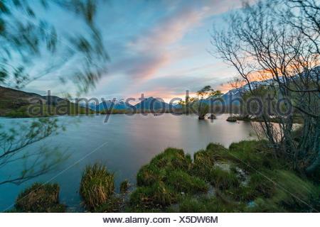 Le coucher du soleil, Glenorchy Lagoon, à l'arrière les montagnes, Glenorchy, à Queenstown, Southland, Nouvelle-Zélande Banque D'Images