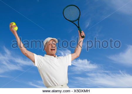 Senior male tennis player cheering Banque D'Images