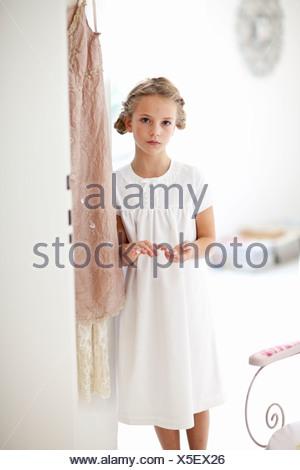 Girl walking in hallway Banque D'Images