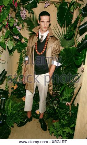 73ca5abb82e2 ... Kenzo Paris Printemps Été Vêtements pour homme cheveux foncé Modèle  face off porter chemise et cravate