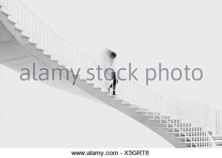 Teenage girl tournant en bas de l'escalier