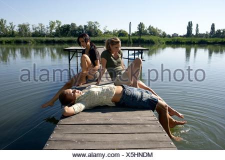 Trois jeunes femmes sur un quai. Banque D'Images