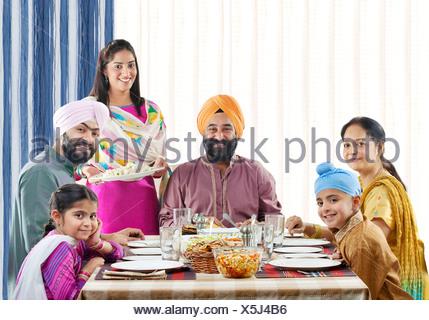 La famille Sikh de déjeuner à la table de dîner Banque D'Images